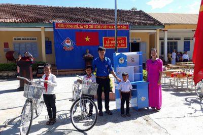 Trao phần thưởng cho học sinh nghèo vượt khó NH 2016 – 2017
